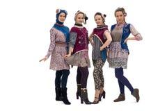 Κορίτσια Teenaged στα συμπαθητικά κοστούμια και τα καπέλα στοκ εικόνα με δικαίωμα ελεύθερης χρήσης