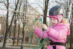 Κορίτσι άνοιξη στο τελεφερίκ Στοκ Φωτογραφία
