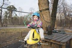 Κορίτσι άνοιξη στο τελεφερίκ Στοκ φωτογραφίες με δικαίωμα ελεύθερης χρήσης