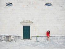 Κορίτσι ένα μέτωπο της εκκλησίας Στοκ φωτογραφία με δικαίωμα ελεύθερης χρήσης
