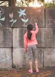 κορίτσι έξω από τις παίζοντα Στοκ φωτογραφίες με δικαίωμα ελεύθερης χρήσης