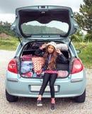 Κορίτσι έτοιμο για το ταξίδι για τις θερινές διακοπές Στοκ Φωτογραφίες