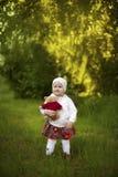 1 κορίτσι λίγα περίπατοι 3 ετών Στοκ Φωτογραφίες