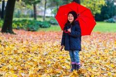 κορίτσι λίγη ομπρέλα κάτω Στοκ Φωτογραφία