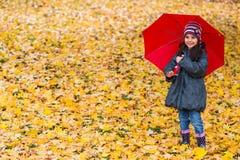 κορίτσι λίγη ομπρέλα κάτω Στοκ Φωτογραφίες