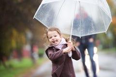 κορίτσι λίγη ομπρέλα Περίπατος τη βροχερή ημέρα Στοκ Φωτογραφία