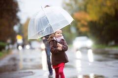 κορίτσι λίγη ομπρέλα Περίπατος τη βροχερή ημέρα Στοκ Εικόνες