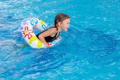 κορίτσι λίγη παίζοντας κολύμβηση λιμνών Στοκ φωτογραφία με δικαίωμα ελεύθερης χρήσης