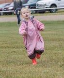 κορίτσι λίγο τρέξιμο Στοκ Φωτογραφίες
