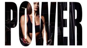 Κορίτσι αθλητών sportswear που επιλύει και που εκπαιδεύει τα όπλα και τους ώμους της με τη μηχανή άσκησης στη γυμναστική Σημάδι κ στοκ εικόνες
