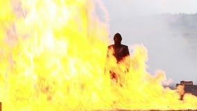 Κορίτσι ακροβατικής επίδειξης σε μια φλογερή έκρηξη απόθεμα βίντεο