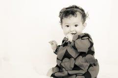 κορίτσι ανασκόπησης μωρών ευτυχές πέρα από το λευκό χαμόγελου Στοκ Φωτογραφίες