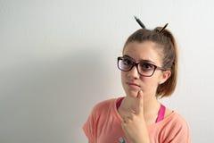 κορίτσι ανασκόπησης πέρα από τις λευκές νεολαίες στούντιο σπουδαστών βλαστών Στοκ Φωτογραφία