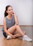 κορίτσι ανασκόπησης πέρα από το λευκό εφήβων στούντιο βλαστών Στοκ εικόνα με δικαίωμα ελεύθερης χρήσης
