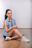 κορίτσι ανασκόπησης πέρα από το λευκό εφήβων στούντιο βλαστών Στοκ φωτογραφία με δικαίωμα ελεύθερης χρήσης