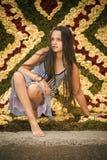 κορίτσι ανασκόπησης που θέτει το ύδωρ Ρωμανικό και μικρό κορίτσι εποχής άνοιξης Στοκ Εικόνα