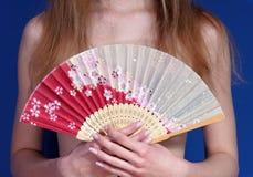 κορίτσι ανεμιστήρων που κρεμά τα ιαπωνικά Στοκ Φωτογραφίες