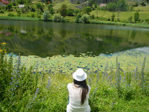 κορίτσι από τη λίμνη Στοκ εικόνα με δικαίωμα ελεύθερης χρήσης