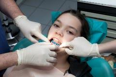 Κορίτσι από τον οδοντίατρό της Στοκ Εικόνες