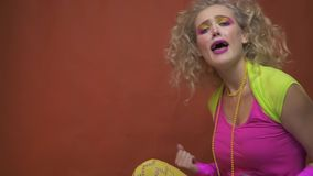 Κορίτσι από το κόμμα disco της δεκαετίας του '80, που κάνει ΝΑΙ τη χειρονομία και με τα δύο χέρια, σε αργή κίνηση απόθεμα βίντεο