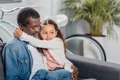 κορίτσι αφροαμερικάνων με τον πατέρα στο σπίτι στοκ φωτογραφίες με δικαίωμα ελεύθερης χρήσης