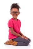 Κορίτσι αφροαμερικάνων που κάθεται στο πάτωμα στοκ εικόνες