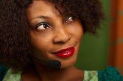 Κορίτσι αφροαμερικάνων στο τηλεφωνικό κέντρο Στοκ Φωτογραφίες