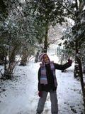 Κορίτσι αφροαμερικάνων στο χιόνι Στοκ φωτογραφία με δικαίωμα ελεύθερης χρήσης