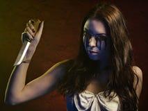 Κορίτσι βαμπίρ με ένα μαχαίρι Διαρροές αίματος από τα μάτια της Στοκ Εικόνες