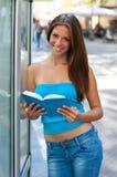 κορίτσι βιβλίων έξω από τον έ&phi Στοκ φωτογραφίες με δικαίωμα ελεύθερης χρήσης