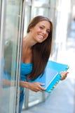 κορίτσι βιβλίων έξω από τον έφ στοκ φωτογραφία με δικαίωμα ελεύθερης χρήσης