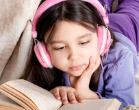 κορίτσι βιβλίων λίγα που &de Στοκ Φωτογραφίες