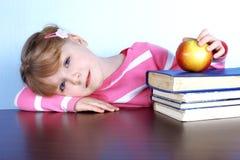 κορίτσι βιβλίων μήλων λίγα Στοκ Εικόνες
