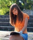 κορίτσι βιβλίων που διαβά Στοκ Εικόνα