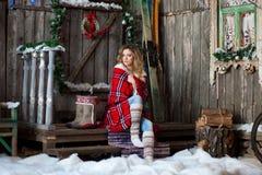 Κορίτσι για το μέρος Χριστουγέννων που καλύπτεται με ένα θερμαμένο κάλυμμα Στοκ Εικόνες