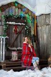 Κορίτσι για το μέρος Χριστουγέννων που καλύπτεται με ένα θερμαμένο κάλυμμα Στοκ Φωτογραφίες