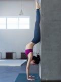 Κορίτσι γιόγκας που κάνει handstand με την άσκηση backbend στη γυμναστική Στοκ Φωτογραφία