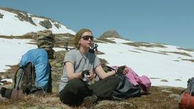 Κορίτσι γιόγκας στα βουνά απόθεμα βίντεο
