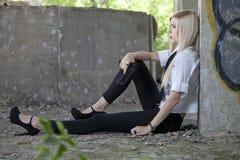 Κορίτσι γκάγκστερ που στηρίζεται στο έδαφος Στοκ φωτογραφία με δικαίωμα ελεύθερης χρήσης