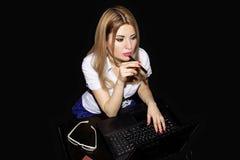 Κορίτσι γραμματέων στον υπολογιστή κατά τη διάρκεια των ωρών απασχόλησης που σκέφτονται το κολλοειδές διάλυμα Στοκ φωτογραφίες με δικαίωμα ελεύθερης χρήσης