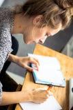 Κορίτσι γραφής και ο αρμόδιος για το σχεδιασμό της στοκ φωτογραφία