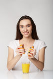 Κορίτσι γυναικών με τα φρούτα στο γκριζόλευκο υπόβαθρο Στοκ Εικόνα