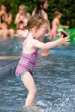 κορίτσι διασκέδασης που έχει Στοκ φωτογραφία με δικαίωμα ελεύθερης χρήσης
