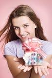 κορίτσι δώρων ευτυχές στοκ εικόνες