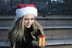 κορίτσι δώρων Χριστουγέννων Στοκ Εικόνα