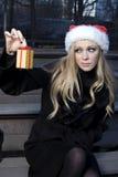 κορίτσι δώρων Χριστουγέννων Στοκ Φωτογραφίες