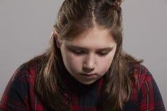 Κορίτσι δεκάχρονων παιδιών που κοιτάζουν κάτω, επικεφαλής και ώμοι Στοκ φωτογραφία με δικαίωμα ελεύθερης χρήσης