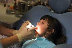 κορίτσι εξέτασης οδοντιά& Στοκ φωτογραφία με δικαίωμα ελεύθερης χρήσης