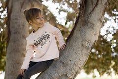 Κορίτσι επάνω σε ένα δέντρο Στοκ εικόνες με δικαίωμα ελεύθερης χρήσης