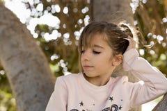 Κορίτσι επάνω σε ένα δέντρο Στοκ Εικόνα